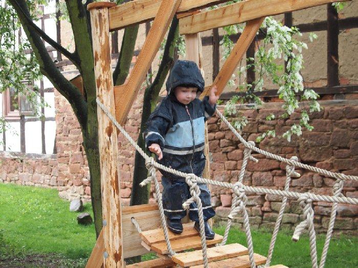 Hängebrücke mit Kind