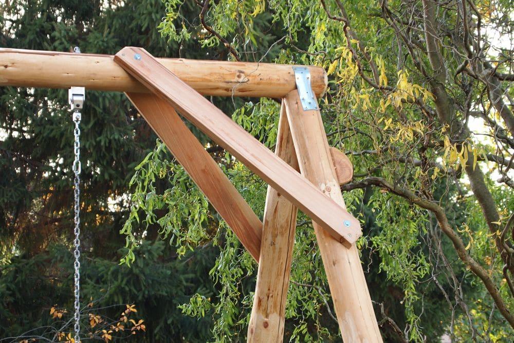 Stabile Verarbeitung von einer Naturholz Schaukel