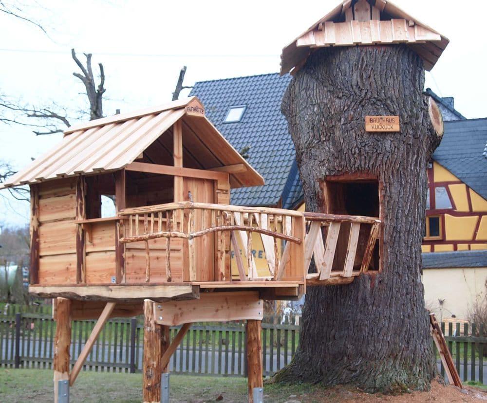 Baumhaus, integriert mit holem Baum