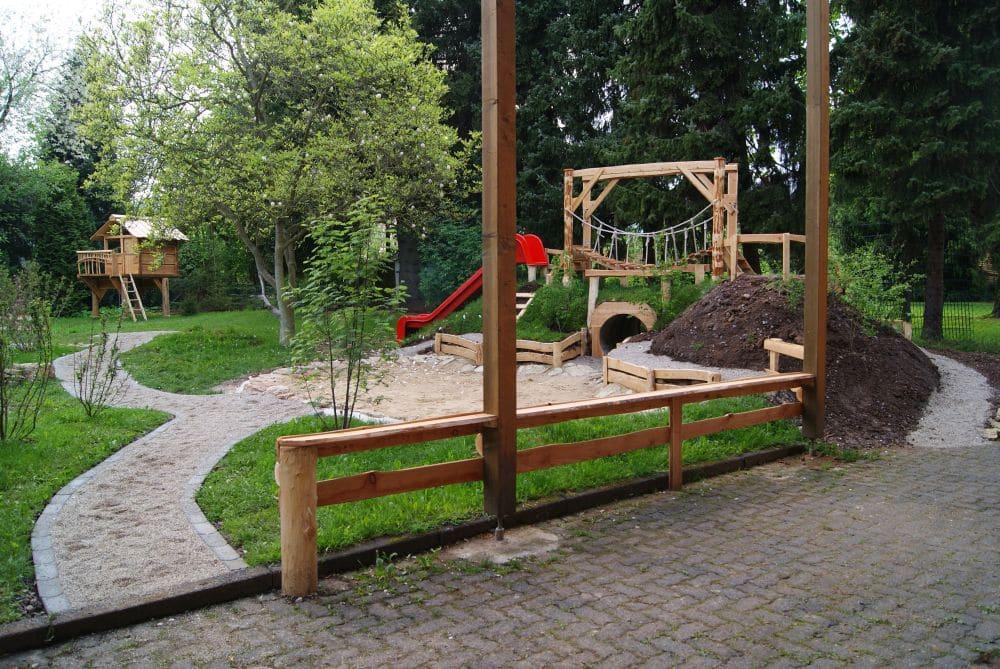 Naturholz Spielplatz mit Röhre