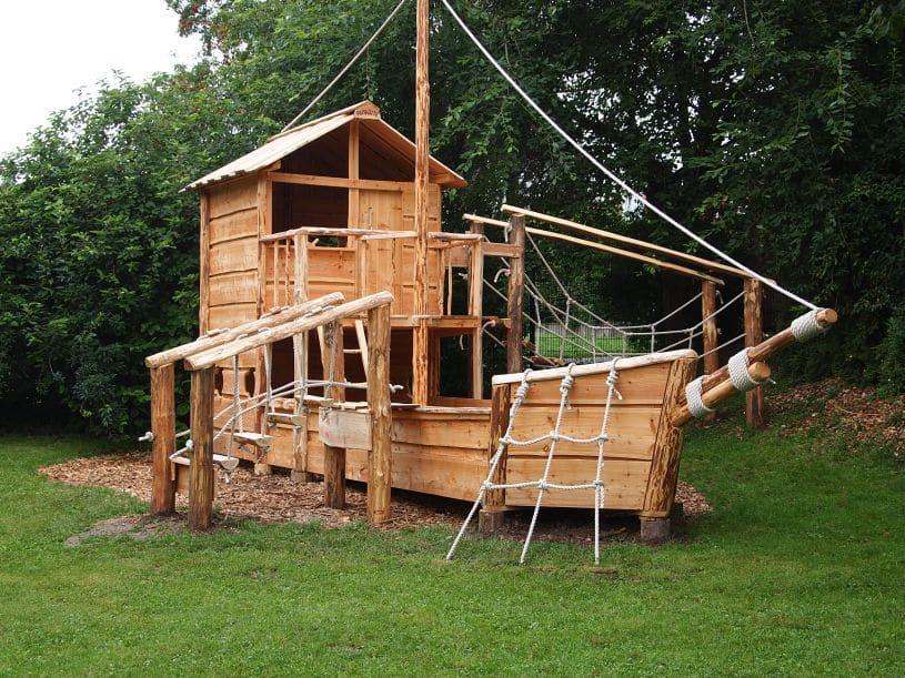 Spielschiff aus Holz 1