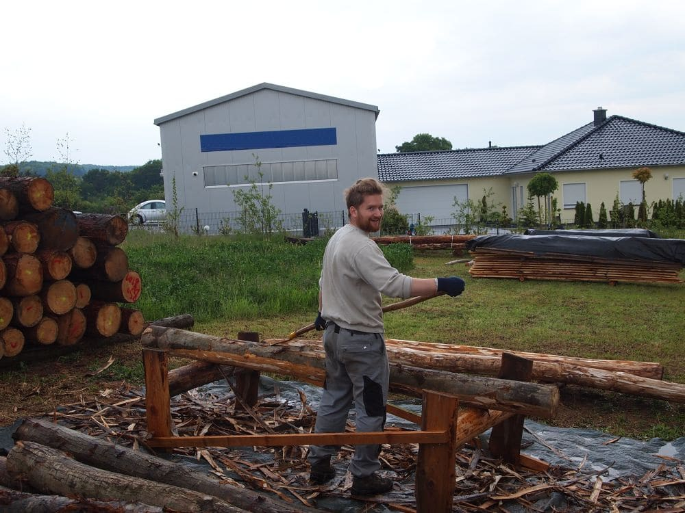 Holz schälen für Spielgeräte