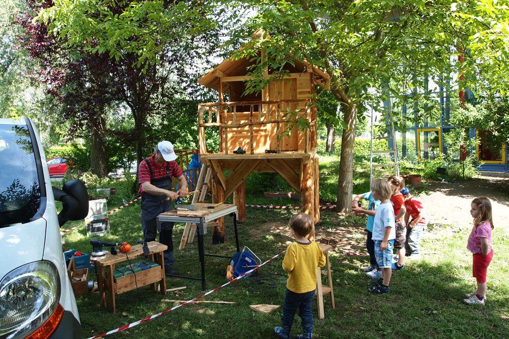 Spielgerät Aufbau im Kindergarten