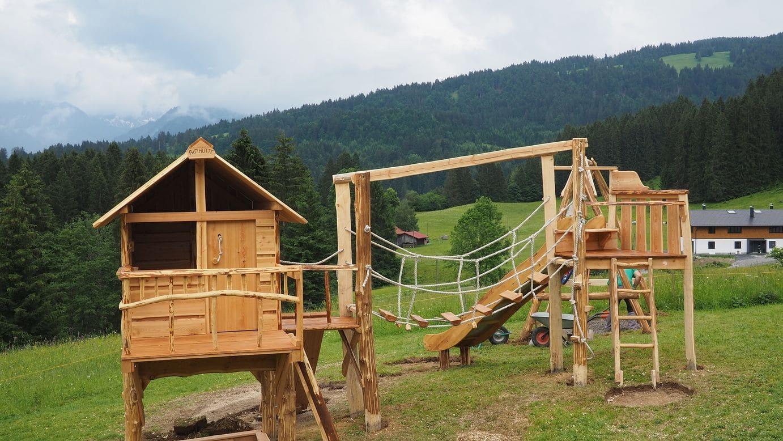 Almhütte Spielanlage auf der Alm im Algäu bis auf den Boden ist der Aufbau abgeschlossen